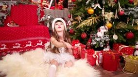 雪少女服装吹的亲吻的女孩,特写镜头,新年从小圣诞老人帮手,女儿的` s问候 股票视频
