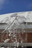 雪屋顶犁耙 库存照片