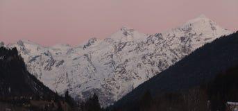 雪山全景在冬时,日落的 免版税图库摄影