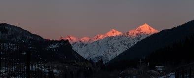 雪山全景在冬时,日落的 免版税库存图片