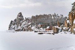 雪山和一个村庄看法在冻贝加尔湖 免版税图库摄影
