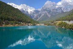 雪山和湖 免版税库存照片