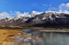 雪山和湖 库存照片