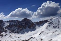 雪山和蓝天与云彩在好天儿 免版税库存图片