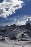 雪山和蓝天与云彩 免版税图库摄影
