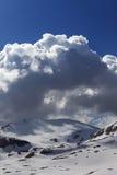 雪山和蓝天与云彩 库存图片
