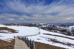 雪山和蓝天在长久谷,香格里拉, Yunn 库存图片