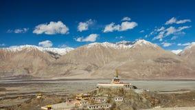 雪山和蓝天背景的Maitrieya菩萨在Diskit修道院 免版税图库摄影