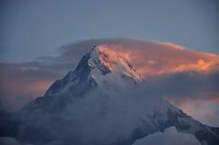 雪山和雾早晨 库存照片