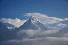 雪山和雾早晨 免版税库存照片