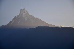 雪山和雾早晨 免版税图库摄影