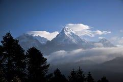 雪山和雾早晨 库存图片