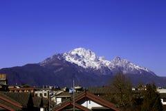 雪山在镇里 免版税图库摄影