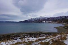 雪山有湖视图 库存图片