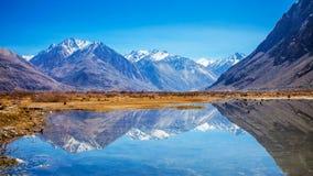 雪山的反射在湖在Leh 免版税库存图片