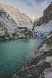 雪山的河 免版税库存照片