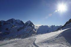 雪山看法和滑雪在瑞士欧洲倾斜在一个冷的晴天 免版税库存照片