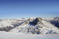 雪山看法和滑雪在瑞士欧洲倾斜在一个冷的晴天 免版税库存图片