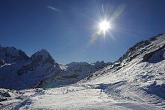 雪山看法和滑雪在瑞士欧洲倾斜在一个冷的晴天 库存照片