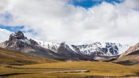 雪山自然风景在清楚的天空蔚蓝下的与云彩 库存照片
