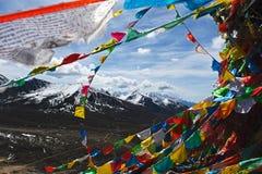 雪山观看的低谷pryer旗子 库存图片