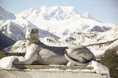 雪山豹子的石雕塑  库存照片