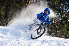 雪山骑自行车的人 图库摄影