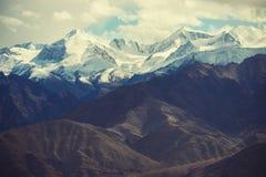 雪山从Leh市,拉达克,印度的mange作为风景看法  过滤器:十字架被处理的葡萄酒口气 图库摄影
