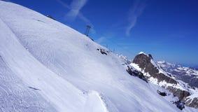 雪山titlis和缆车角度图  免版税库存照片