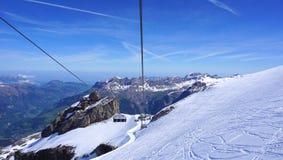 雪山titlis和缆车风景  图库摄影