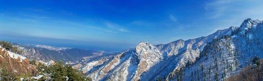 雪岳山全景在冬天,在Koreaà ¹ ƒ的著名山 库存图片