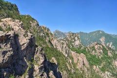 雪岳山国立公园惊人的山风景  免版税库存照片