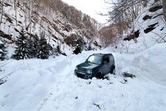 雪崩被困住的汽车雪 免版税库存图片