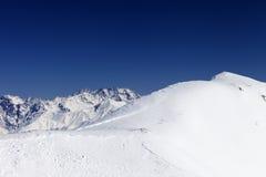 雪崩跟踪在滑雪场地外的倾斜的 库存图片