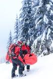 滑雪巡逻运载担架的受伤的人 免版税库存照片