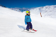 滑雪帽和盔甲滑雪的小男孩 免版税图库摄影