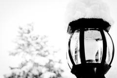 雪帽灯岗位在冬天 免版税库存照片