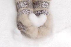 雪心脏在手上 库存照片