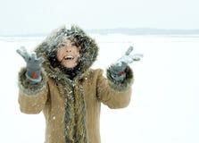 雪投掷的妇女 免版税库存图片
