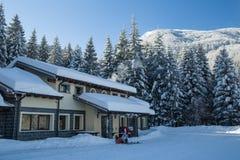 雪报道的山避难所 库存照片