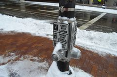 雪报道的行人交叉路指南在波士顿, 2016年12月11日的美国 免版税库存图片