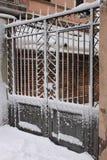 雪报道的铁门 免版税库存图片