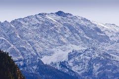 雪拂去灰尘的山峰 图库摄影