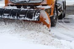 雪插座正面图在城市街道上的 免版税库存照片