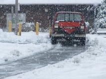 雪撤除卡车做一条被犁的道路 免版税库存照片