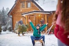 雪撬的愉快的男孩在冬日-家庭度假 免版税库存照片