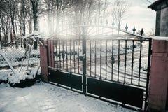 雪有道路的伪造门 库存照片