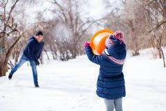 雪有daugther的乐趣父亲 免版税图库摄影