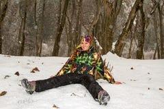 滑雪服的美丽的妇女在户外多雪的冬天,阿尔玛蒂 免版税图库摄影