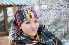 滑雪服的美丽的妇女在户外多雪的冬天 图库摄影